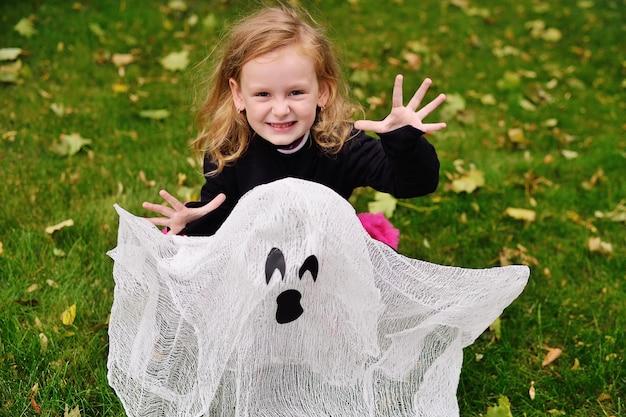 Mädchen im halloween-kostüm an halloween mit spielzeuggeist