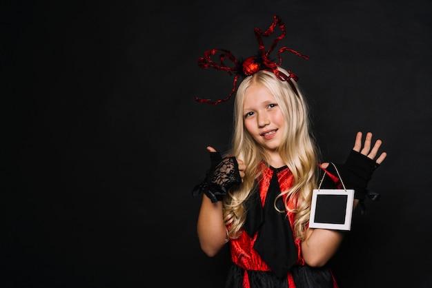 Mädchen im halloween-kostüm daumen-oben gestikulierend