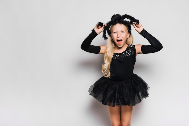 Mädchen im halloween-kostümschreien