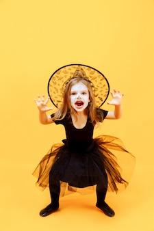 Mädchen im hexenhalloween-kostüm