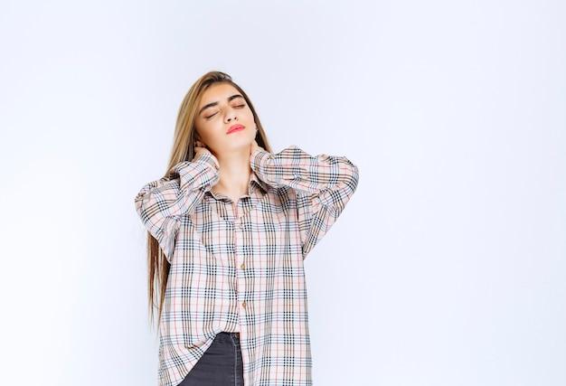Mädchen im karierten hemd sieht blass und schläfrig aus