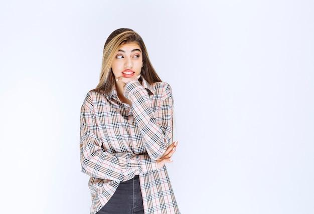 Mädchen im karierten hemd sieht verängstigt und verängstigt aus