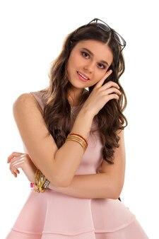 Mädchen im kleid lächelt. lachskleid und armbänder. nettes modell mit langen haaren. romantische dame auf weißem hintergrund.