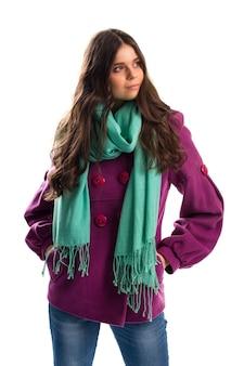 Mädchen im lila mantel. schal mit fransen und jeans. neue fleece-oberbekleidung. warmes herbstoutfit mit schal.