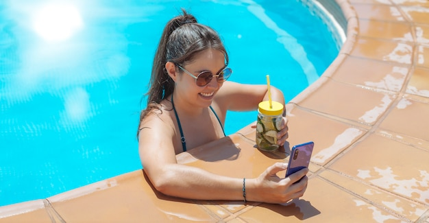 Mädchen im pool mit handy