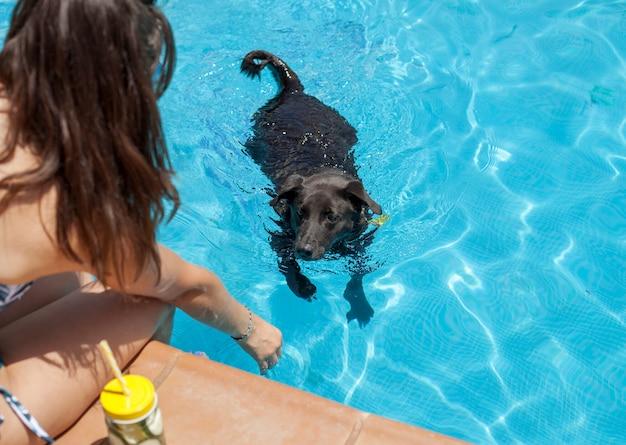 Mädchen im pool mit haustier