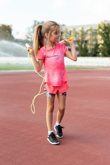 Mädchen im rosa t-shirt mit springseil