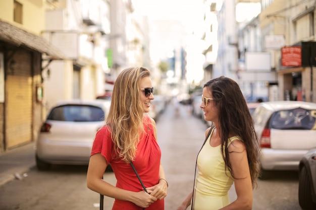 Mädchen im sommer in der stadt