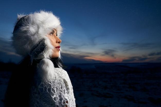 Mädchen im stilvollen winterhut