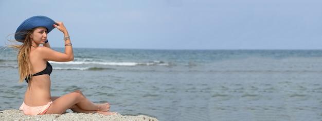 Mädchen im strandurlaub, bannerbild mit kopienraum