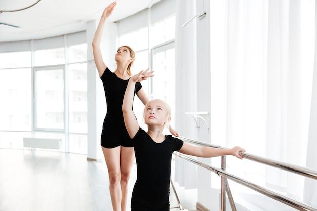 Mädchen im tanzstudio