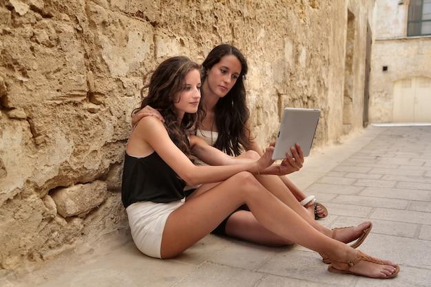 Mädchen im urlaub mit einem tablet