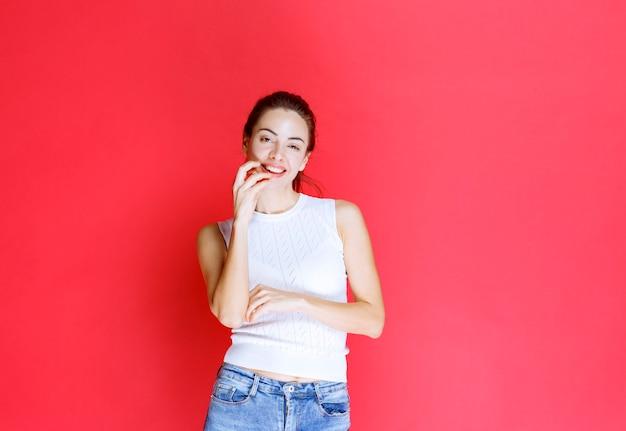 Mädchen im weißen hemd denken und planen.