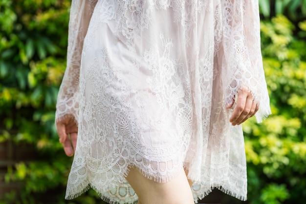 Mädchen im weißen spitzenkleid