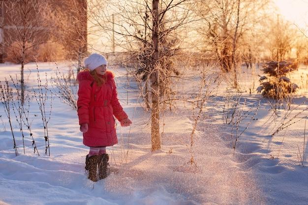 Mädchen im winterpark