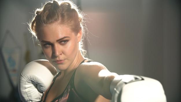 Mädchen in boxhandschuhen auf boxtraining.