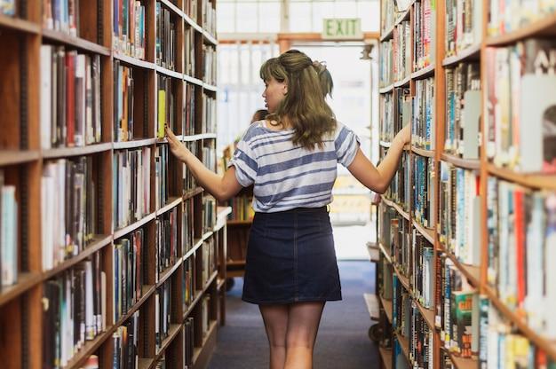 Mädchen in der bibliothek