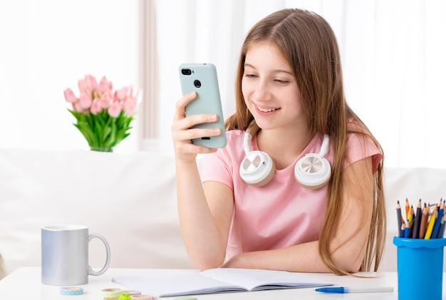 Mädchen in der freizeit mit telefon