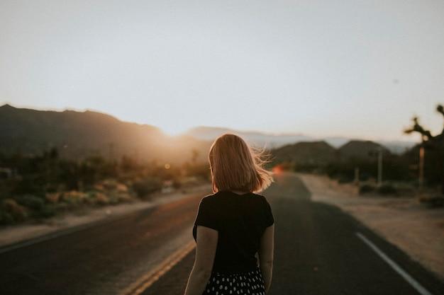 Mädchen in der kalifornischen wüste