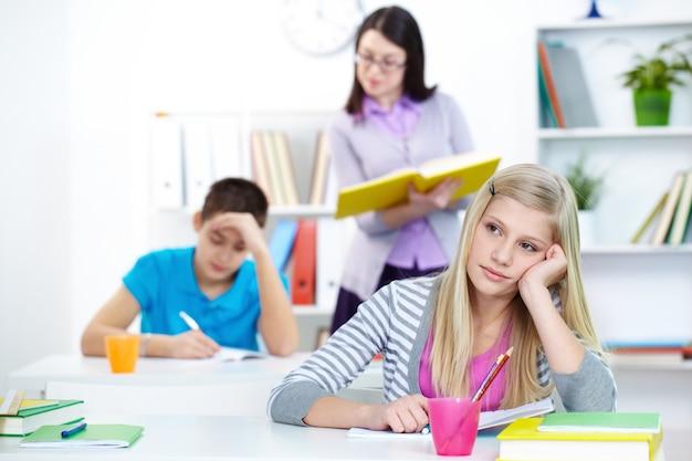 Mädchen in der klasse über die antwort nachzudenken