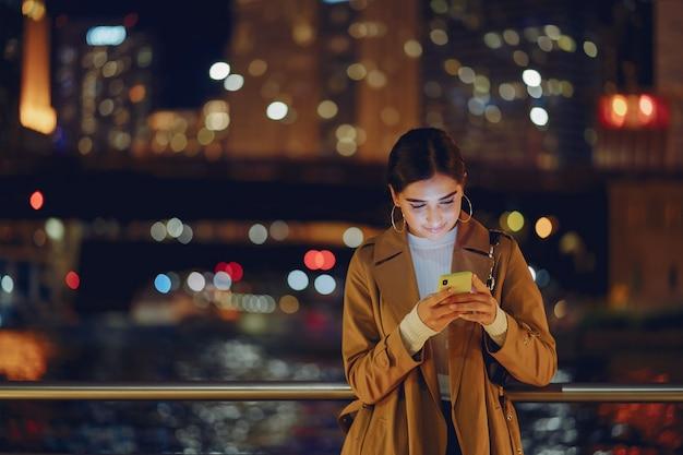 Mädchen in der nacht mit telefon