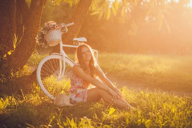 Mädchen in der nähe des fahrrads