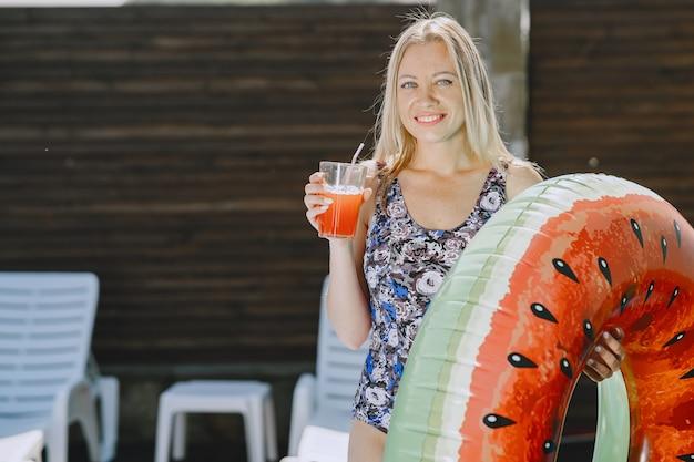 Mädchen in der nähe eines pools. frau in einem stilvollen badeanzug. dame in den sommerferien