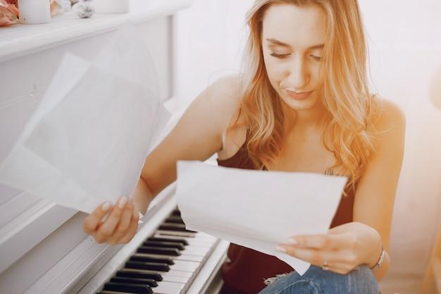 Mädchen in der nähe von klavier