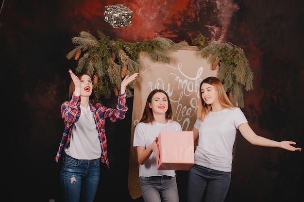 Mädchen in der nähe von weihnachtsbaum