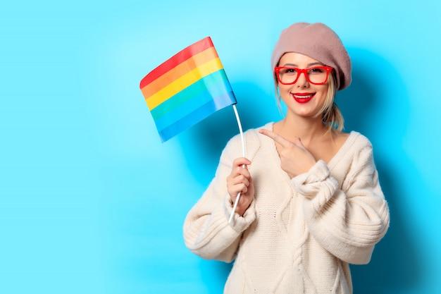 Mädchen in der weißen strickjacke mit lgbt-flagge