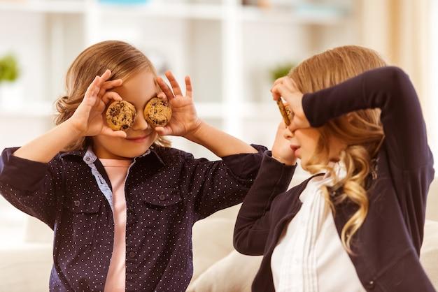 Mädchen in dunklen jacken versteckten zu hause ihre lebkuchenaugen.