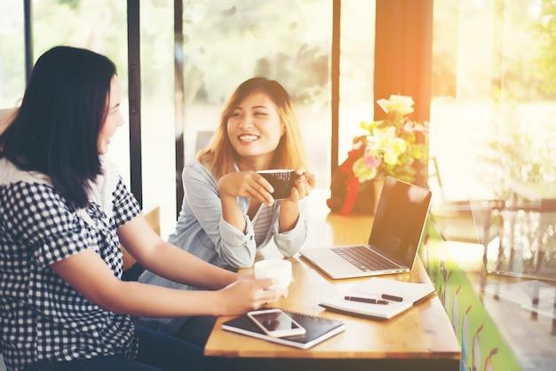 Mädchen in einem büro arbeiten