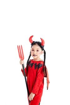 Mädchen in einem halloween-abendkleidteufel