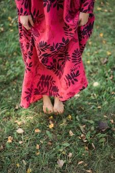 Mädchen in einem leinenkleid. mit einem blumenkranz auf dem kopf.