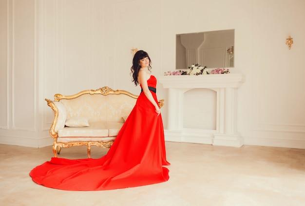 Mädchen in einem luxuriösen roten kleid