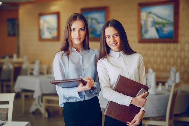 Mädchen in einem restaurant