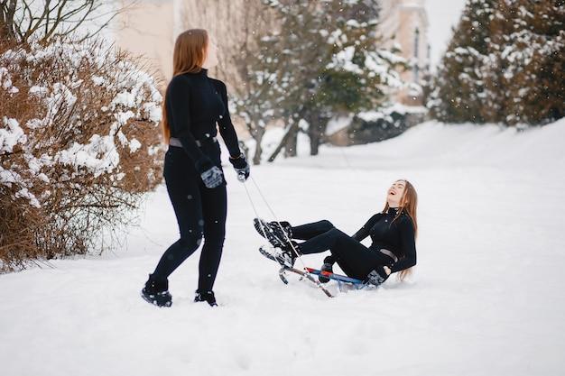 Mädchen in einem winterpark