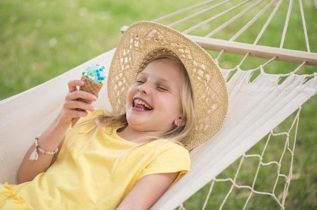 Mädchen in einer hängematte genießt den sonnigen tag, sommerspaß.