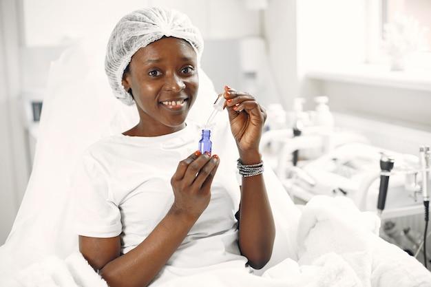 Mädchen in einer medizinischen kappe. afrikanische frau. dame mit hautpflege.