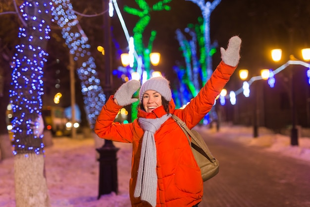 Mädchen in einer nachtstadt-schneeflocke-weihnachtsstadt beleuchtet weihnachts- und winterferienkonzept