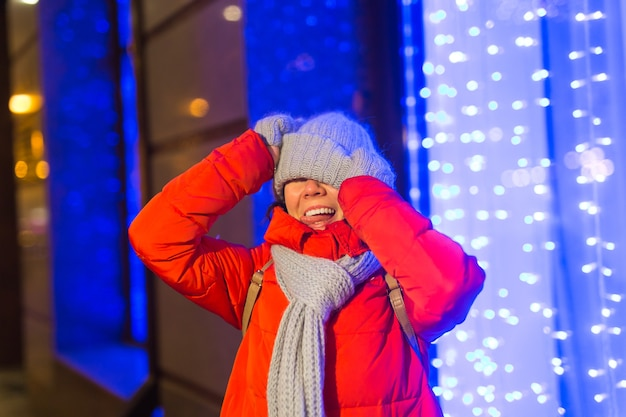 Mädchen in einer nachtstadt-schneeflocke weihnachtsstadtlichter. weihnachts- und winterferienkonzept.