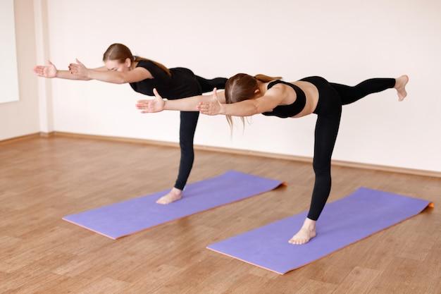 Mädchen in einer sitzung über stretching