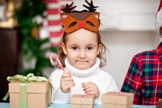 Mädchen in einer weihnachtshirschmaske