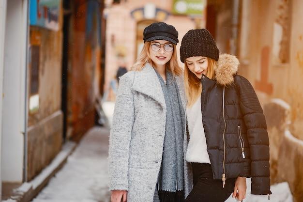 Mädchen in einer winterstadt