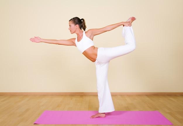 Mädchen in einer yoga-position
