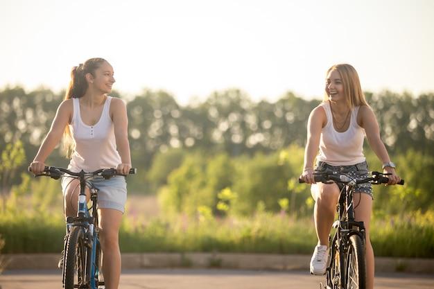 Mädchen in fahrräder lachen