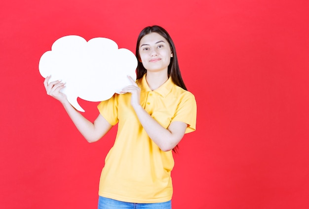Mädchen in gelber kleiderordnung, die eine infotafel in wolkenform hält