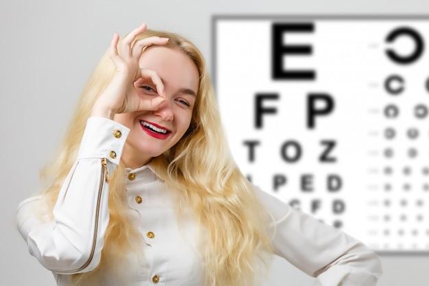 Mädchen in gläsern auf dem hintergrund einer tabelle für vision