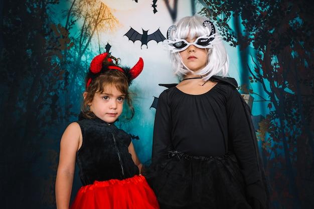 Mädchen in halloween kostümen