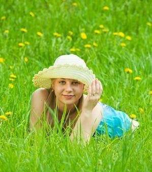 Mädchen in hut entspannung im gras